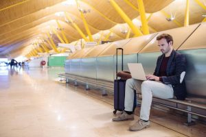 Laptop toestel in luchthaven