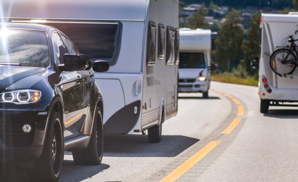 En route avec une caravane ou un mobilhome