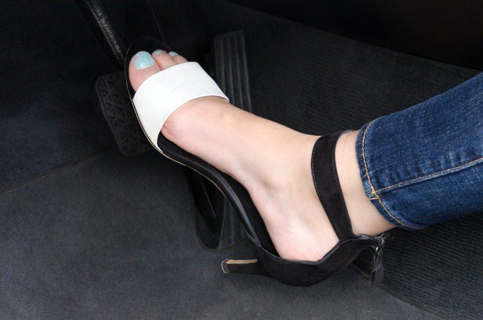 Conduire en tongs, avec des bottes ou pieds nus