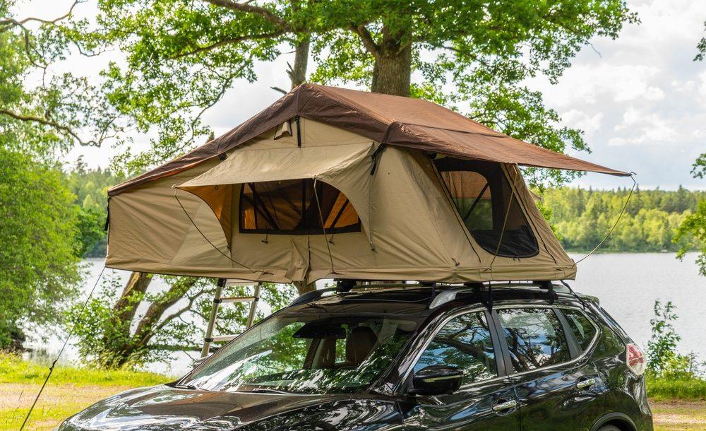 Dormir sur votre voiture dans une tente de toit