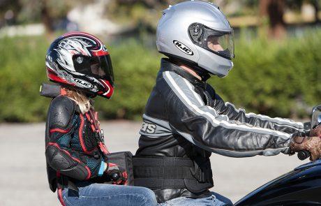 Transporter des enfants à moto