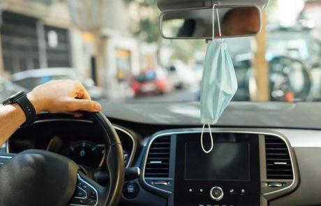 Een mondmasker hangen in de auto