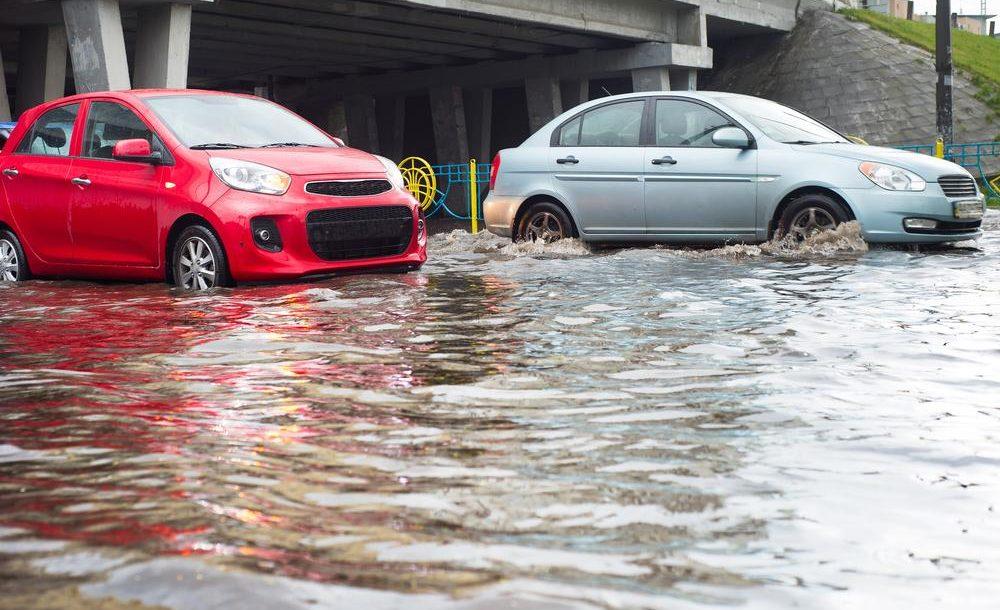 Rouler sur une route inondée