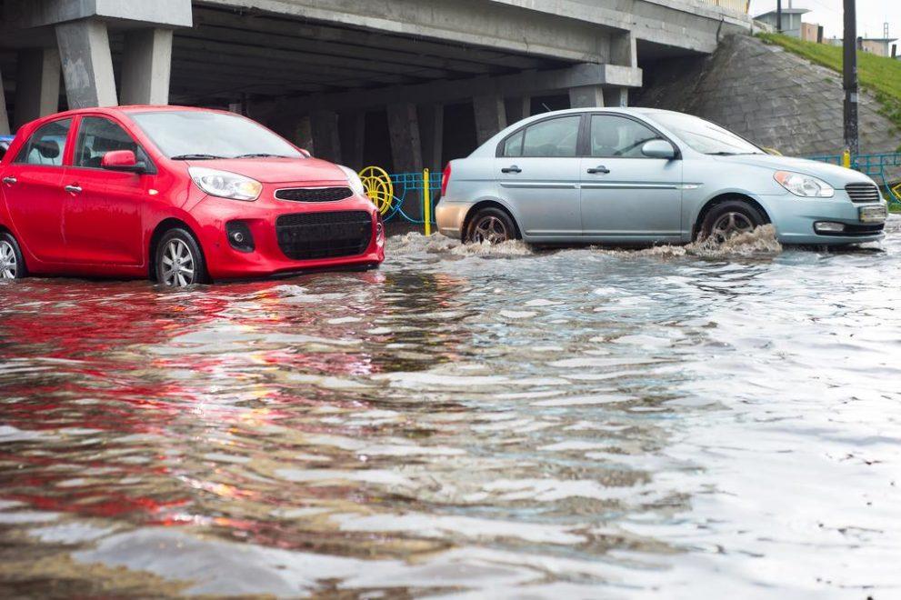 Rijden op een overstroomde weg