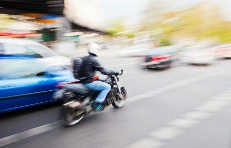 Motorrijders die inhalen tussen twee rijvakken: mag dit?