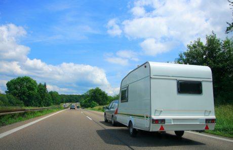 Op de weg met de caravan of de mobilhome