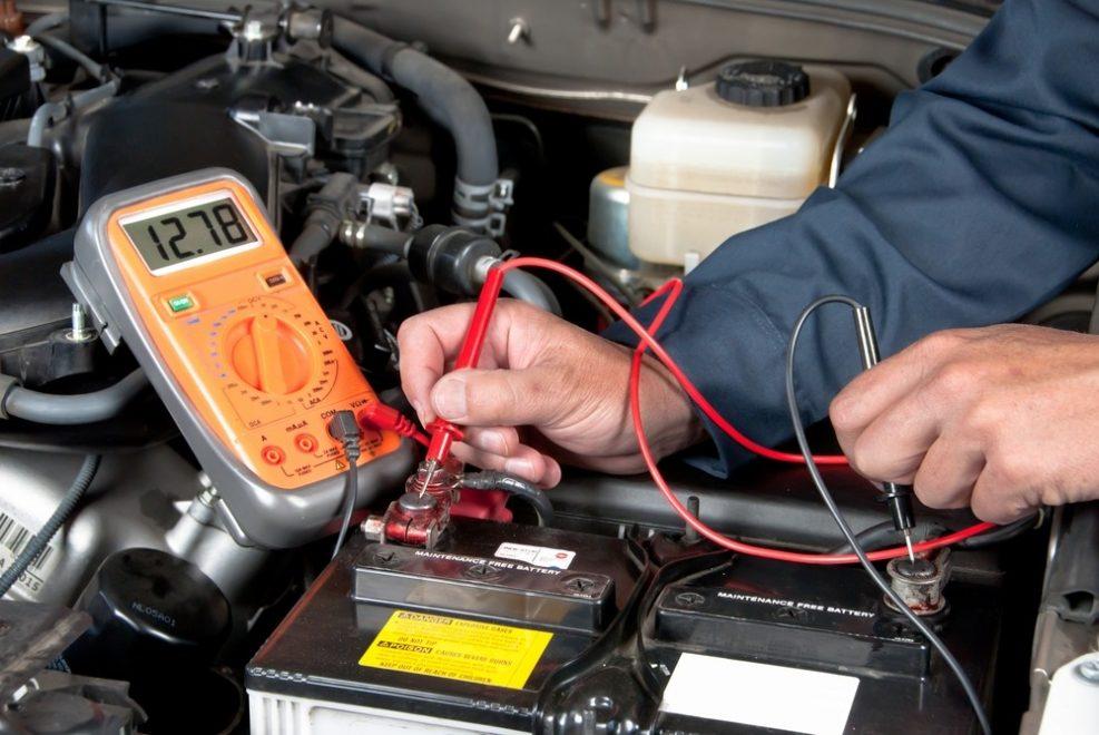 Hoe voorkomt men een platte batterij?